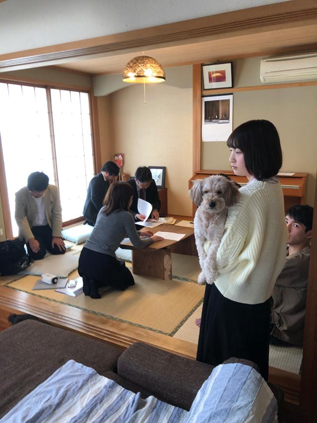 三軒目は豊田市のH様邸へ。 ワンちゃんも測定機に興味深々。