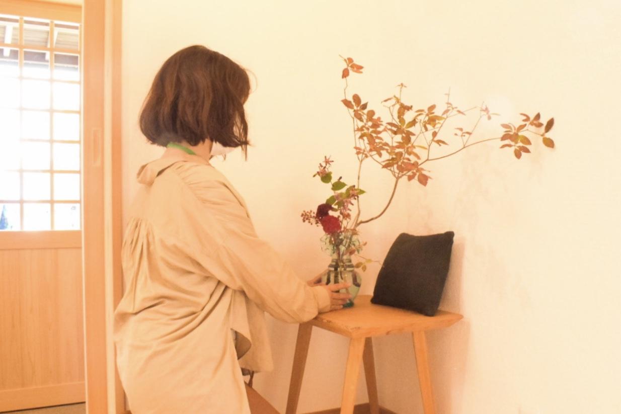【ここんの家】お花を添える三村さん